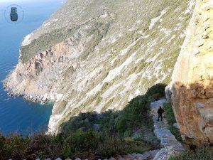 Cave of Athanasios - Eine Treppe führt hinab