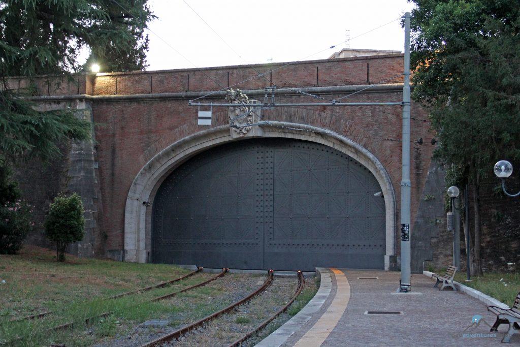 Tor Bahnhof Vatikan