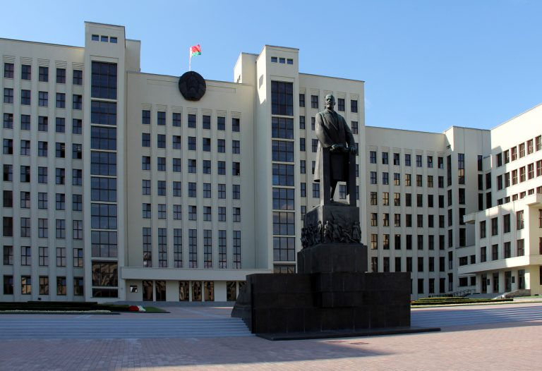 Leninstatue vor dem Parlament