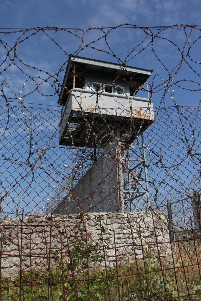 Geocaching in Estland - Gefängnis Rummu Turm Stacheldraht