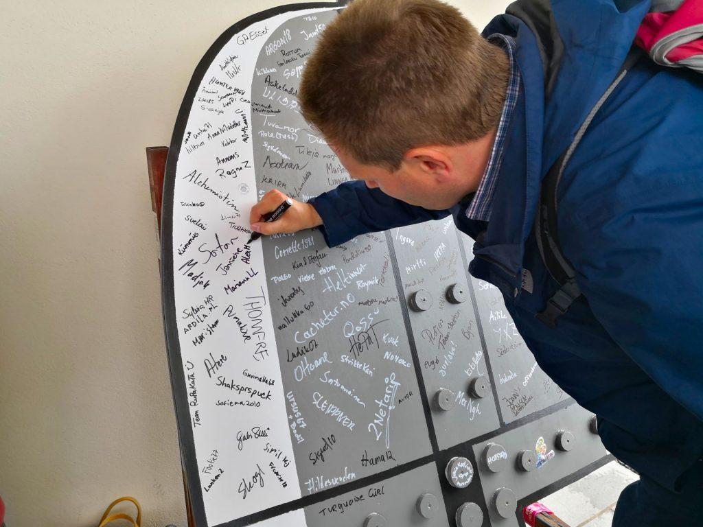 AlexMainz beim Signieren des Logbuchs