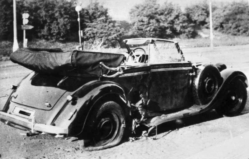 Heydrichs Wagen Mercedes-Benz W 142 nach dem Attentat vom 27. Mai 1942